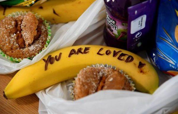 Меган Маркл подписала бананы для работниц секс-индустрии