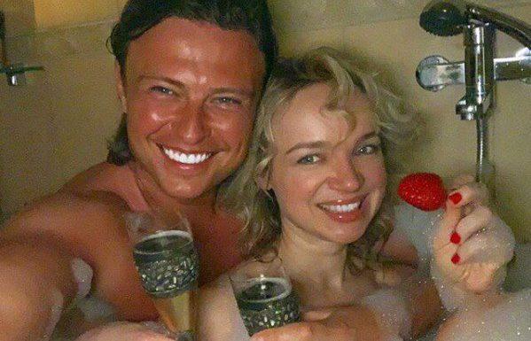 Шаляпин с Цымбалюк – Романовской поздравили всех влюбленных голышом в ванне
