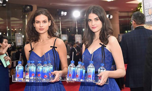 Fiji Water Girl с «Золотого глобуса» судится с брендом воды, который ее прославил