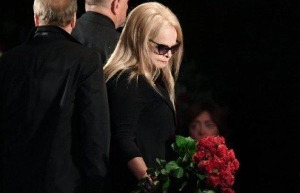 Лариса Долина расплакалась у гроба Юлии Началовой
