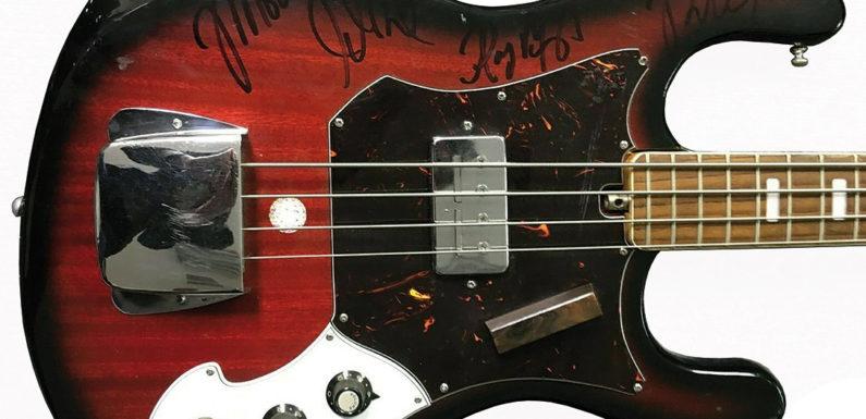 Гитару с автографами The Doors выставят на торги в России