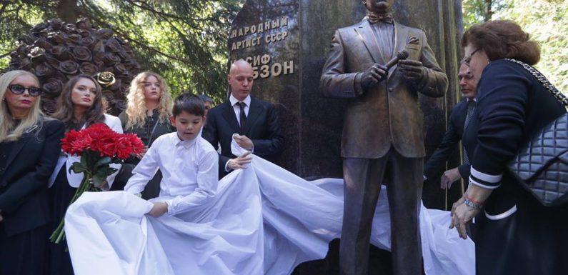 Памятник Иосифу Кобзону открыт на Востряковском кладбище